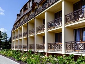 Hotel Vega- pohled na balkóny a nově vybudovaný pás s okrasnými keři